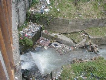 Quebrada La Soledad, Barrio Los Naranjos, Dosquebradas Fuente: Diario del Otún. http://www.eldiario.com.co/seccion/DOSQUEBRADAS/3-mil-millones-recibe-dosquebradas-para-obras-de-mitigaci-n100820.html